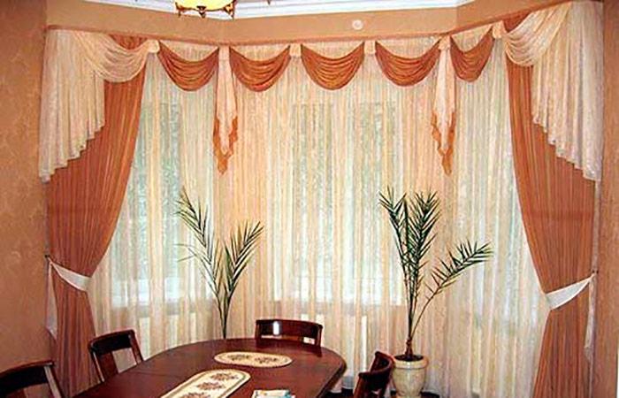 Ламбрекены в квартире уместны, если имеются высокие потолки или просторные комнаты