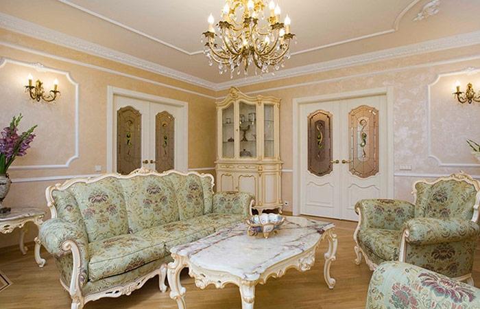 Лепнина может быть разной, но на стенах в помещении с низкими потолками – неудачное решение